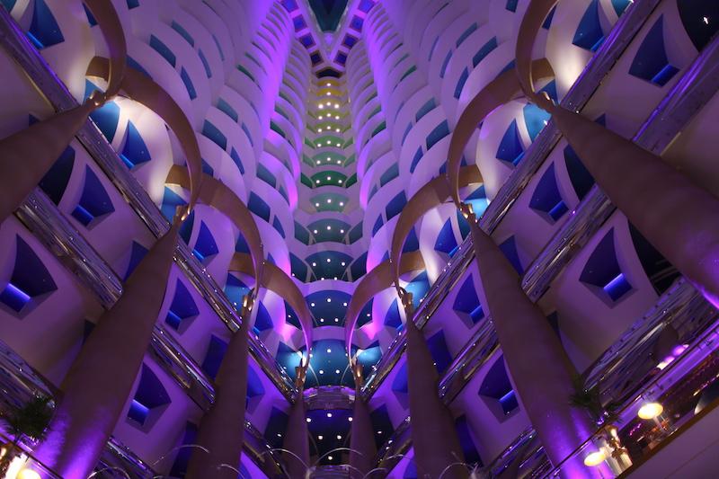 Vista do Lobby para os quartos, com o degradê colorido