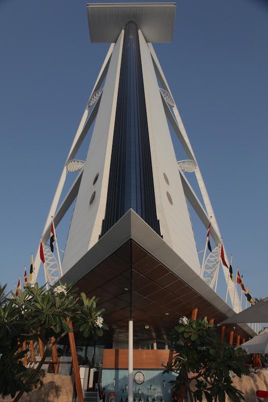 Parte de trás do hotel, com o restaurante no topo formando a cruz