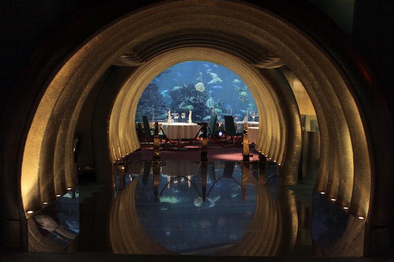 Restaurante subterrâneo com o aquário