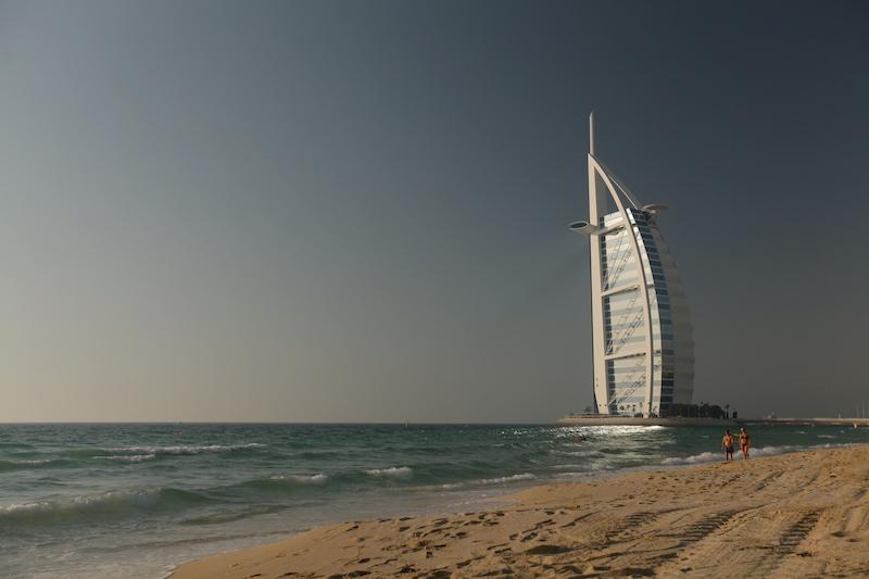 Vista do Burj Al Arab de uma praia da Little Venice
