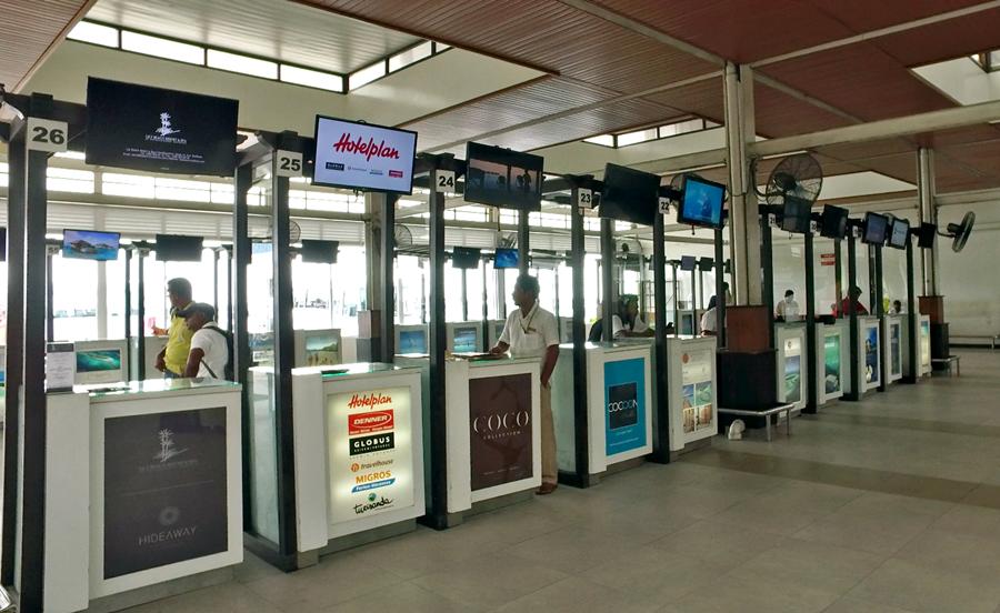 Os quiosques de cada hotel no aeroporto de Malé