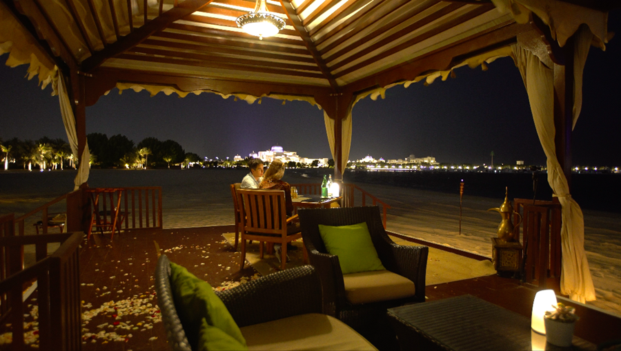 Jantando no Al Qasr de frente para o mar