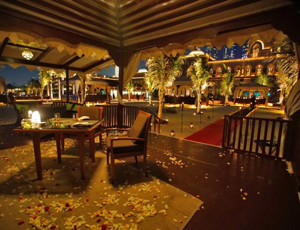 Um jantar romântico e exclusivo na praia do Emirates Palace