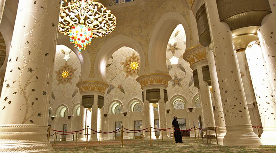 A Gisella andando pela mesquita