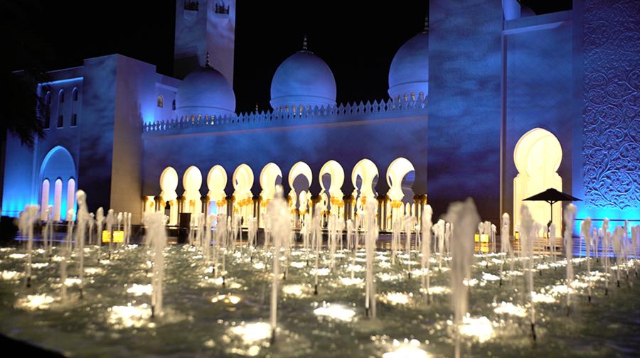 Uma das fontes da entrada da mesquita a noite