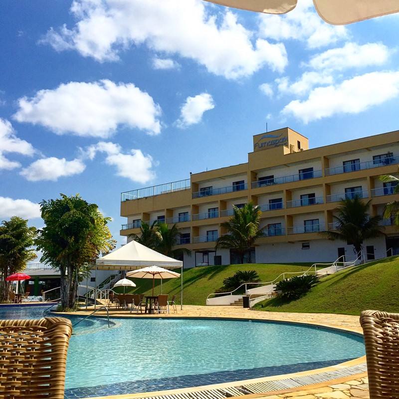 A área de piscina com o hotel ao fundo