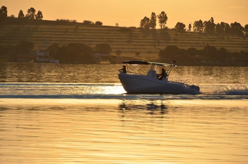 Passeio de barco pelo lago de Furnas