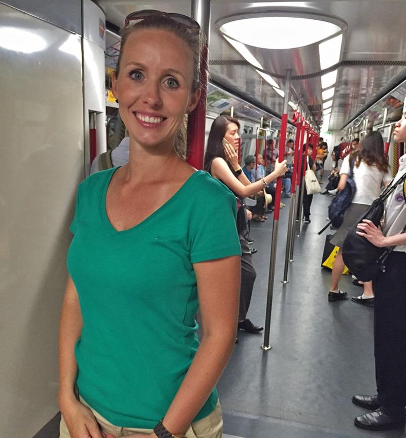 A Gisella dentro do metrô. Repare na limpeza
