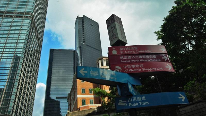 Todas as placas de sinalização são escritas em chinês e inglês