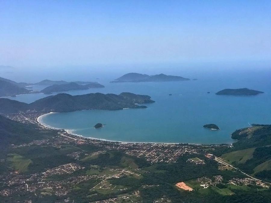 Ilhas Paradisíacas Ubatuba - Baia de Maranduba, com a Ilha de Maranduba no canto direito e a ilha anchieta ao fundo