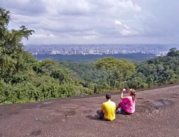 Pedra Grande na Serra da Cantareira, uma floresta beirando a cidade de São Paulo