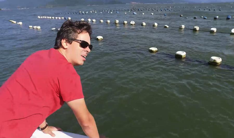 Fernando visitando o cultivo das Ostras Florianópolis Santa Catarina