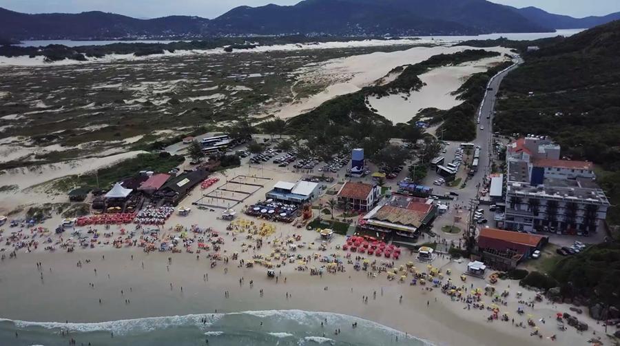Praia da Joaquina com as dunas no fundo - Florianópolis