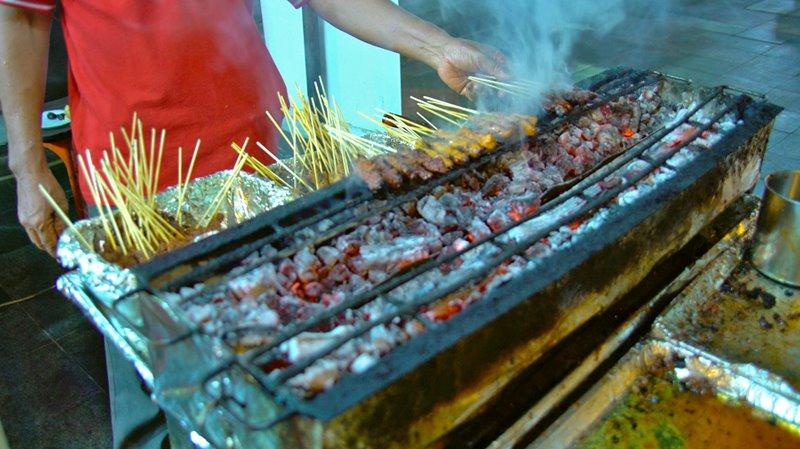 Preparando os Espetinhos comida singapura