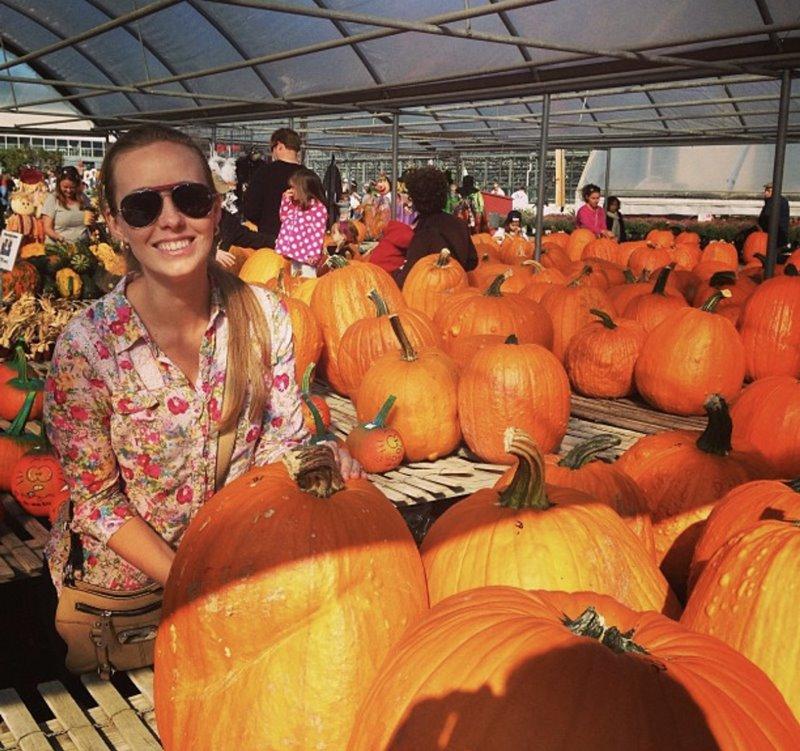 Gisella escolhendo a Abobora para o Halloween