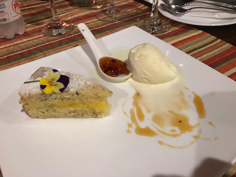 Santo Antônio do Pinhal - Restaurante Donna Pinha - Sobremesa bolo de lavanda